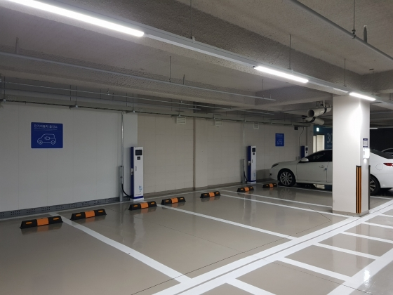서울의 한 신축아파트 주차장. 고정형 전기차 충전기 구역이 설치됐지만, 일반 내연기관 차량이 주차해 있다./사진=황시영 기자