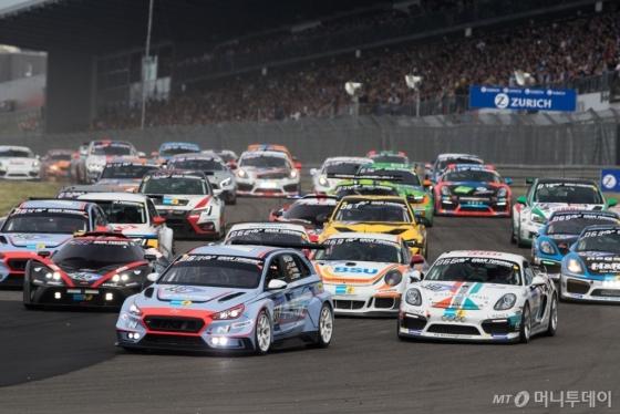 지난 12일부터 13일까지 독일 뉘르부르크링 서킷에서 열린 '뉘르부르크링 24시 내구레이스(ADAC Zurich 24h Race)'에서 경기 중인 현대차 첫 판매용 경주차 'i30 N TCR'/사진제공=현대차