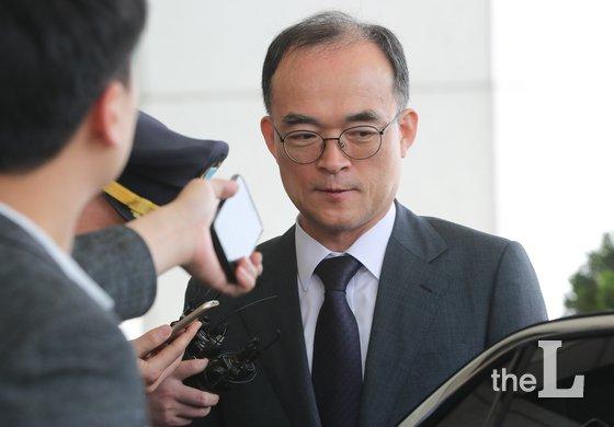 문무일 검찰총장이 15일 서울 서초구 대검찰청을 나서며 취재진의 질의에 답하고 있다./사진=뉴스1