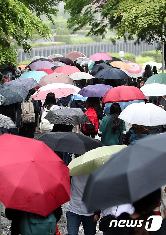 전국 곳곳에 비가 내린 지난 2일 서울 이화여자대학교에서 학생들이 우산을 쓰고 걷고 있다. /사진제공= 뉴스1