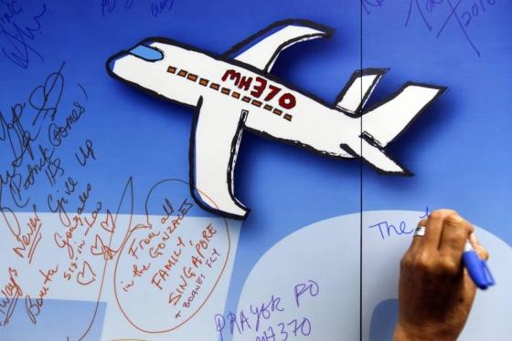【쿠알라룸푸르=AP/뉴시스】 말레이시아 정부가 1월 6일 말레이시아 항공 실종기 수색 재개를 허가했다. 리아우 티옹 라이 말레이시아 교통부 장관은 이날 기자회견에서 미국 해양탐사업체 오션 인피니티와 수색 작업 계약을 체결했다며, 오션 인피티니가 찾는 잔해가 없으면 말레이시아 정부는 이 업체에 돈을 지불하지 않는 원칙으로 수색 재개를 허가했다고 밝혔다. 지난 2014년 3월8일 말레이시아 쿠알라룸푸르에서 실종된 말레이시아 항공 MH370편 희생자 주모 행사 중 희생자의 넋을 위로하는 글이 적힌 종이들이 벽에 붙어 있다. 2018.01.06    <저작권자ⓒ 공감언론 뉴시스통신사. 무단전재-재배포 금지.>