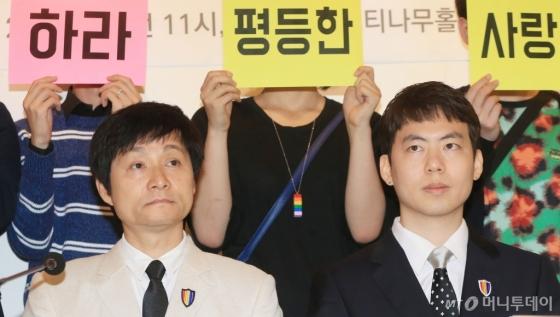 영화감독 김조광수씨(53·왼쪽)와 레인보우팩토리 김승환 대표(34)는 2013년 9월 공개결혼식을 올렸지만 법적 부부로 인정받지 못했다./사진=머니투데이db