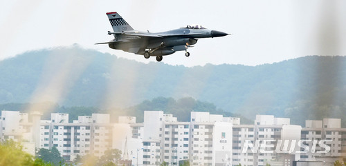 【평택=뉴시스】이정선 기자 = 북한이 지난 11일부터 실시한 '2018 맥스 선더' 한미연합공중전투훈련을 문제 삼으며 16일 예정이었던 남북고위급회담을 중지 발표한 16일 오전 경기 평택 주한미군 오산공군기지 상공에서 F-16전투기가 비행하고 있다. 2018.05.16.   ppljs@newsis.com