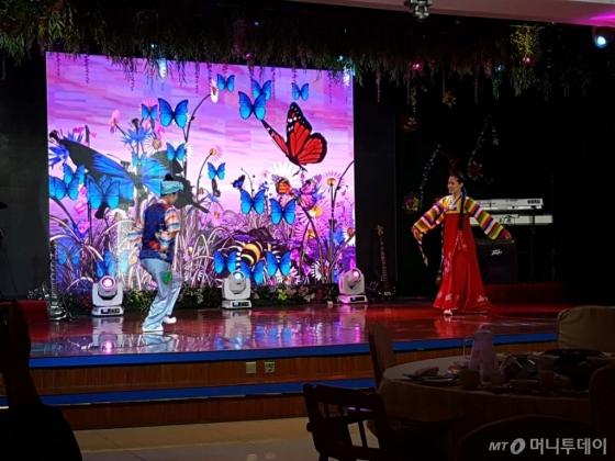 베이징 왕징에 위치한 북한식당 옥류관에서 공연이 진행되고 있다/사진=진상현 베이징 특파원.