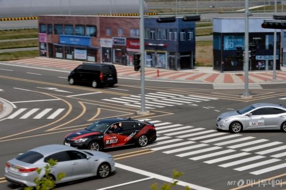 현대모비스 서산주행시험장 내 구현된 가상도시에서 자율주행시험차량인 M.BILLY가 신호등의 신호를 받아 스스로 좌회전을 하고 있다. /사진제공=현대모비스