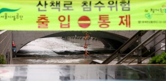 폭우가 이틀째 내린 17일 오전 서울 종로구 청계천이 출입 통제돼 있다./사진=뉴시스