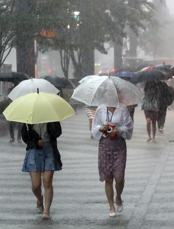 서울을 비롯한 중부지역에 집중호우가 내리고 있는 16일 서울 지하철 강남역 사거리에서 우산을 쓴 시민들이 발걸음을 재촉하고 있다. /사진=뉴스1