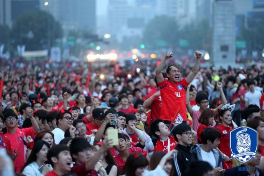월드컵 응원을 위해 시청 앞 서울광장에 모인 축구 팬들. /사진=대한축구협회