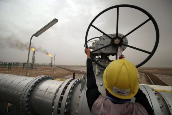 지난 9일 이라크 바스라주(州) 유전지대에 위치한 한 정유공장에서 직원이 송유관 밸브를 돌리고 있다. /AFPBBNews=뉴스1
