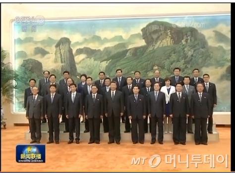 시진핑 중국 국가 주석과 북한 참관단이 기념촬영을 하고 있다./사진= 중국 CCTV 화면 캡처.