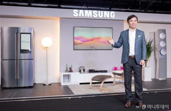 김현석 삼성전자 대표이사 사장이 17일 서울 성수동 복합문화공간 '에스팩토리'에서 '삼성 홈 IoT&빅스비' 미디어데이에서 제품 설명을 하고 있다. /사진=삼성전자