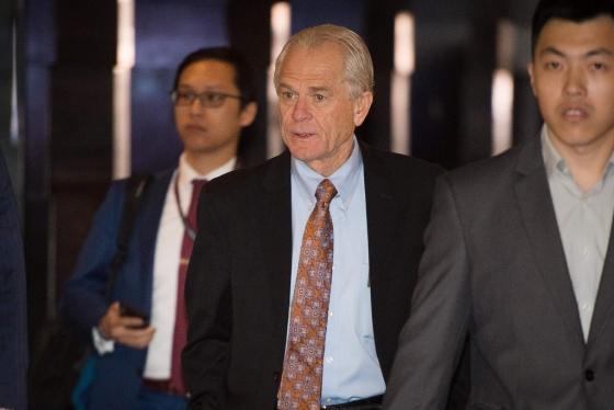 지난 4일 무역협상을 위해 중국을 찾은 피터 나바로 백악관 무역제조업정책국장(가운데). /AFPBBNews=뉴스1