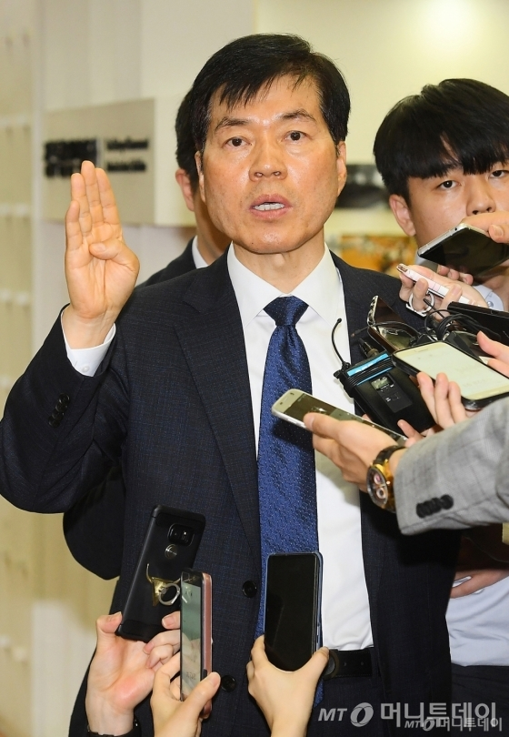 김태한 삼성바이오로직스 대표가 17일 서울 세종로 정부서울청사에서 열린 감리위원회 참석 전 입장을 발표하고 있다. /사진=이기범 기자