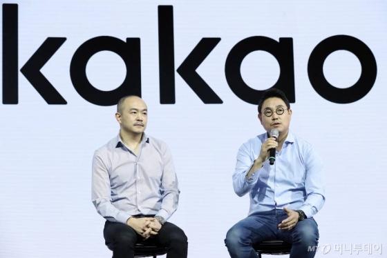 카카오 조수용(왼쪽), 여민수 공동대표가 27일 오전 서울 중구 웨스틴조선호텔에서 열린 '헤이 카카오 3.0' 기자간담회에서 질의응답을 하고 있다.