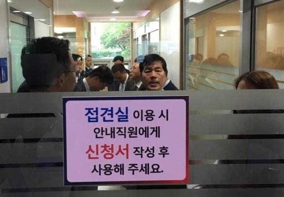 김태한 삼성바이오로지스 대표가 17일 오후 금융위원회에서 진행하는 감리위원회에 참석하기 위해 장시간 대기하고 있다. /사진=민승기 기자