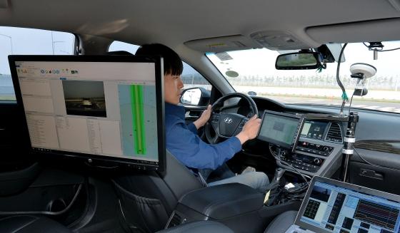 현대모비스 서산주행시험장 내 첨단시험로에서 연구원이 시험차량을 운전하며 레이더 센서가 측정한 값과 실제 사물의 위치 값을 실시간으로 대조, 분석하고 있다./사진제공=현대모비스