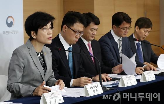 김영주 고용노동부 장관(왼쪽 첫번째)이 17일 오전 세종대로 정부서울청사에서 브리핑을 갖고 '근로시간 단축 현장안착 지원대책'을 발표하고 있다. /사진=뉴스1