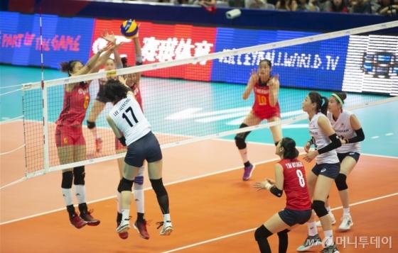 한국 여자배구 대표팀(세계랭킹 10위)은 17일 중국 닝보의 베이룬 스포츠 아트센터에서 열린 2018 국제배구연맹(FIVB) 발리볼네이션스리그(VNL) 대회 1주차 2조 3차전 중국과의 경기에서 세트 스코어 3-0(25-15 25-15 25-13)으로 완승했다. /사진=국제배구연맹 홈페이지 캡처