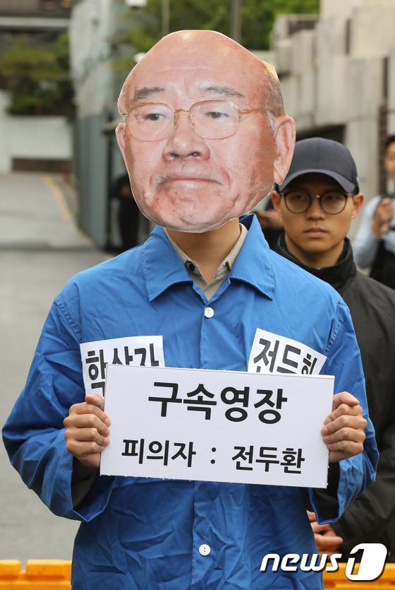 [사진]'5.18 38주년, 수의 입은 전두환?'
