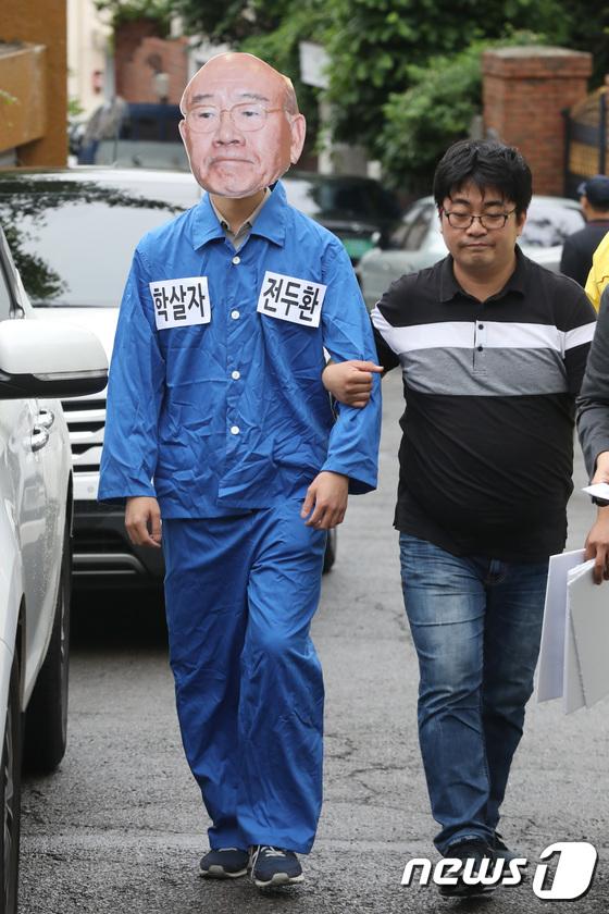 [사진]'5.18 민주화운동 38주년, 수의 입은 전두환?'