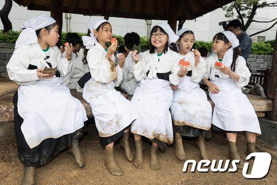[사진]새참시간이 즐거운 꼬마농부들