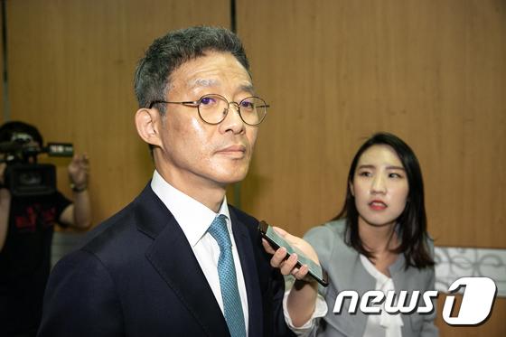 서지현 창원지검 통영지청 검사를 성추행하고 인사상 불이익을 준 의혹을 받고 있는 안태근 전 법무부 검찰국장이 18일 서울중앙지법에서 열린 첫 공판에 출석했다 © News1 이승배 기자
