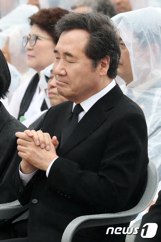 [사진]이낙연 총리 '두 손을 꼭 잡고'