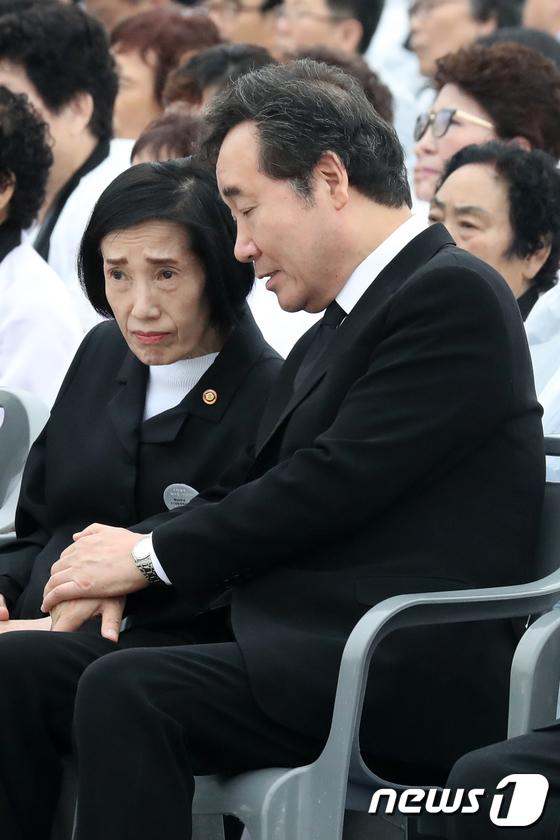 [사진]보훈처장과 대화 나누는 이낙연 총리