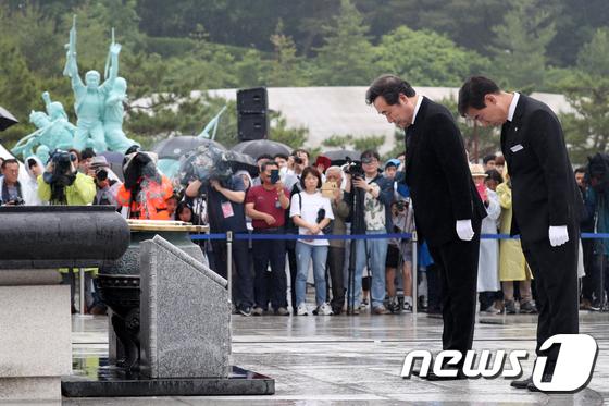 [사진]5.18영령 앞에 묵념 하는 이낙연 총리