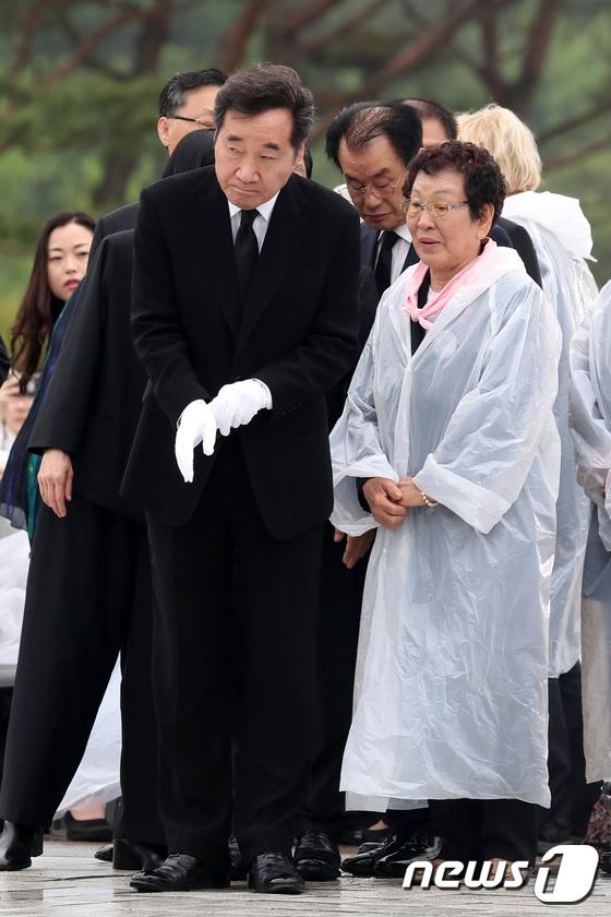 [사진]이낙연 총리 '5.18 유가족들과 함께'