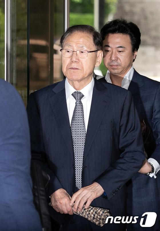 [사진]굳은 표정으로 법정 향하는 MB 집사 김백준