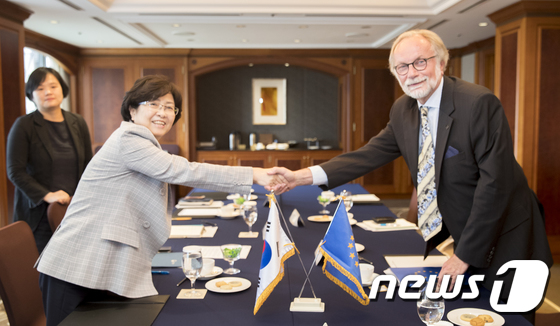 [사진]악수하는 김은경 장관과 주한EU대표부 대사