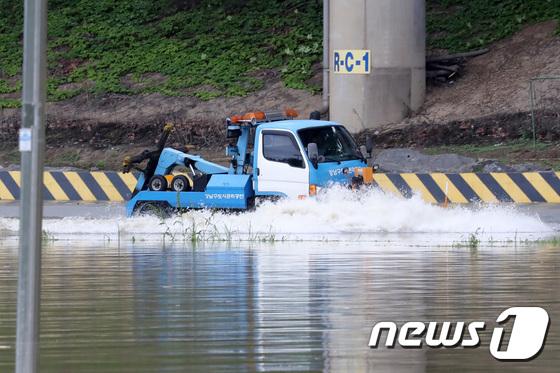 [사진]'차량 침수 위험에 견인차량 출동'