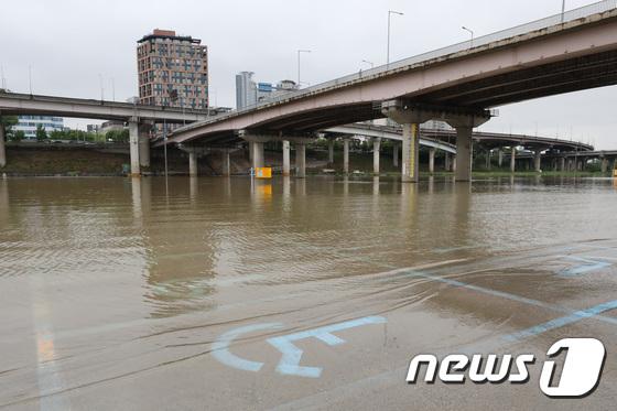 [사진]'물에 잠긴 탄천주차장'