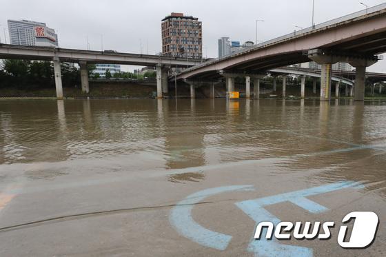 [사진]'사흘간 쏟아진 폭우에 잠긴 탄천주차장'