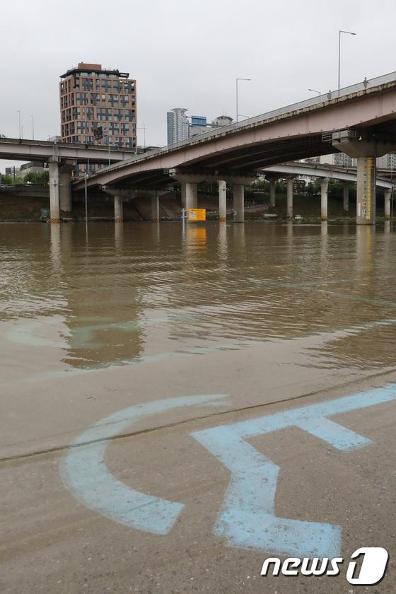 [사진]'물이 차오른 탄천주차장'