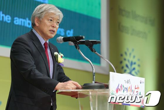 [사진]축사하는 염재호 고려대 총장