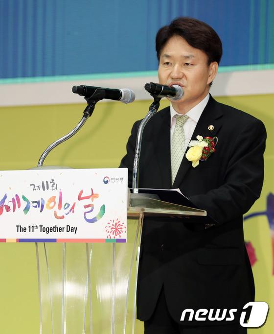 [사진]축사하는 이금로 법무부 차관