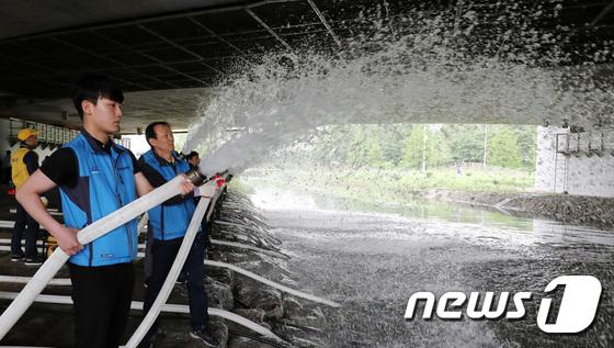 [사진]침수대응훈련 펼치는 서초구청 직원들