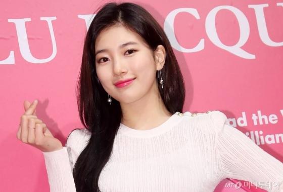 가수 수지가 22일 오후 서울 강남구의 한 스튜디오에서 진행된 행사에 참석해 포즈를 취하고 있다.