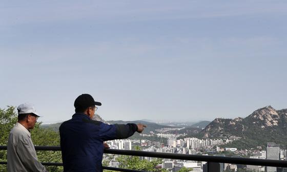 지난 8일 서울 중구 남산공원에서 시민들이 맑은 하늘이 펼쳐진 서울 도심을 바라보고 있다/사진=뉴스1
