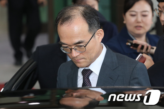 [사진]대검찰청 나서는 문무일 총장
