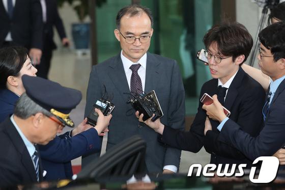 [사진]대검 나서는 문무일 검찰총장 '전문자문단 심의 결과는?'