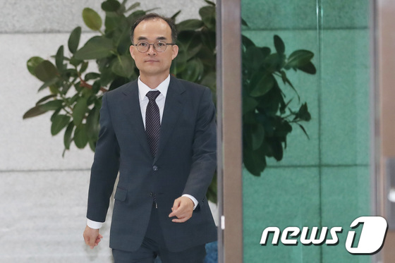 [사진]자문단 심의결과 앞둔 문무일 총장