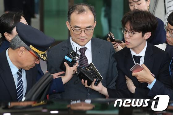 [사진]답변 없이 퇴근하는 문무일 총장