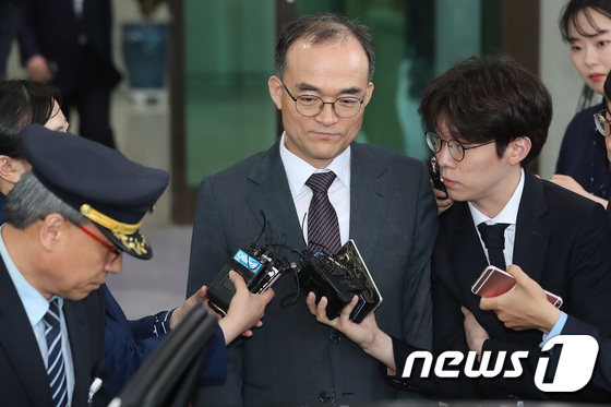 [사진]취재진 질문에 대답없이 퇴근하는 문무일 총장