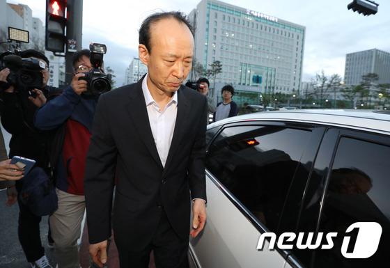 [사진]차량 탑승하는 이재만 '취재진 질문에 묵묵부답'
