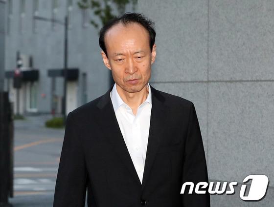 [사진]석방된 이재만 '굳은 표정으로'