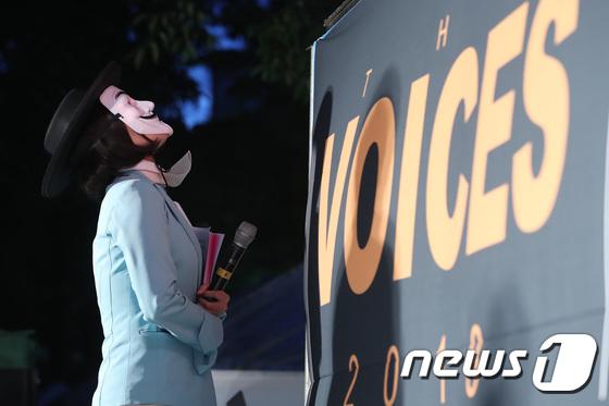 [사진]대한항공 갑질근절 3차 촛불집회 '눈물 참는 승무원'