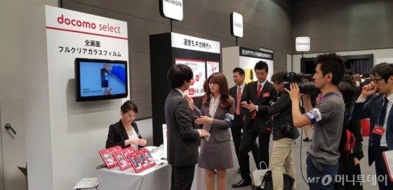 NTT 도코모 2018년 하계 신규 서비스 및 신상품 발표회에서 화이트스톤 돔글라스 12개 제품이 소개되고 있다./사진제공=화이트스톤